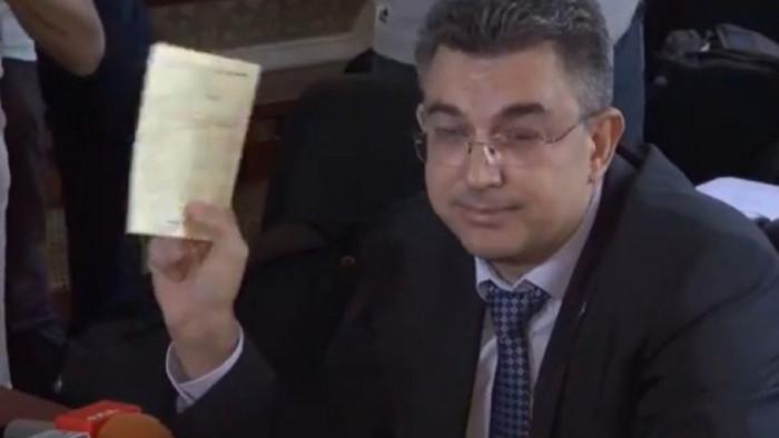 Гледам пресконференцията на Пламен Николов, където размята дипломи и грамоти