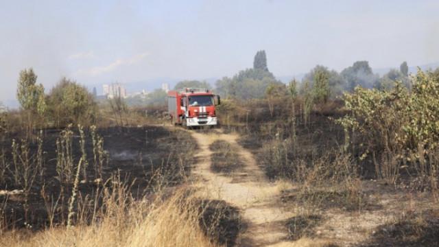 Сухи треви горяха на Околовръстния път в София
