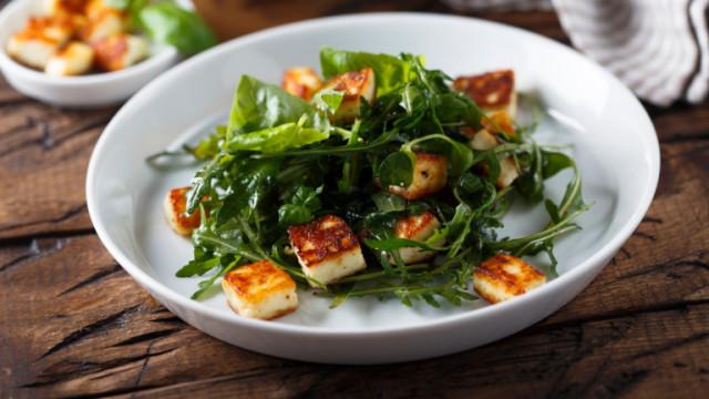 Салата с халуми, маслини каламата, краставица и още вкусни рецепти