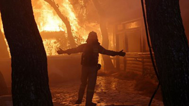 Хеликоптери от Нидерландия и Чехия гасят пожарите в Албания