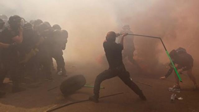 Националисти опитаха да нахлуят в президентството на Украйна, има ранени (СНИМКИ)