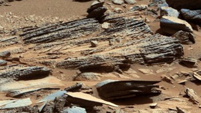 """Роувърът """"Кюриосити"""" засне камък като гущер на Марс"""