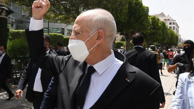 Президентът на Тунис спря работата на парламента за още месец