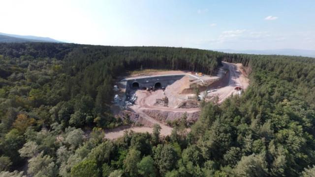 Прокопаха първите 70 м от най-дългия двутръбен жп тунел у нас