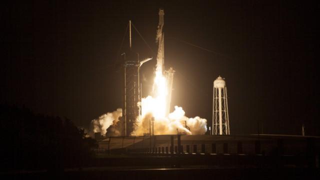 SpaceX изстреля към МКС ракетата Falcon 9 с космическия кораб Dragon