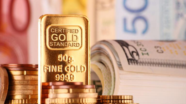 Златото поевтинява, притискано от силния долар