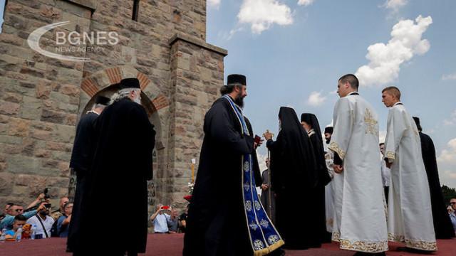 Сръбски свещеници в Цетине пеят песни за връщането на сръбската армия в Косово