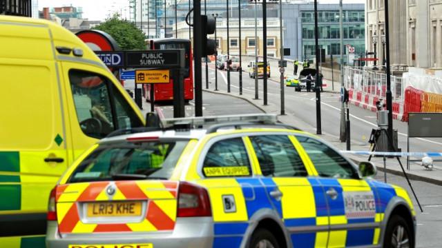 Въоръжен мъж взе заложници на бензиностанция в Бристол