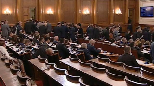 ИТН, ИБНИ и ДБ напуснаха пленарна зала при дебатите за бюджета на НЗОК (ВИДЕО)