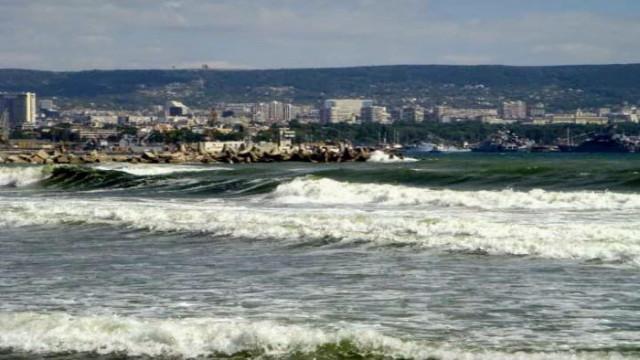 Променлива облачност с бурно море днес във Варна