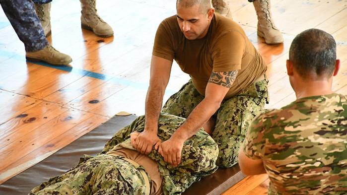 Военни моряци се обучават в контрол на корабоплаването