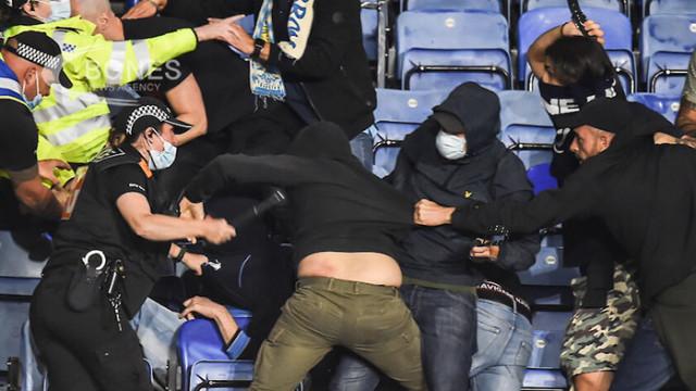 Фенове на Наполи в сблъсък с полицията на мача с Лестър