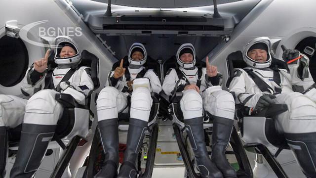 """Мъск: Екипажът на """"Crew Dragon"""" се справя добре"""