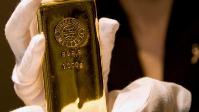 Златото слабо поскъпва след вчерашния срив