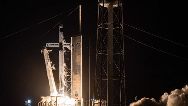 Първият цивилен екипаж на SpaceX се завърна на Земята
