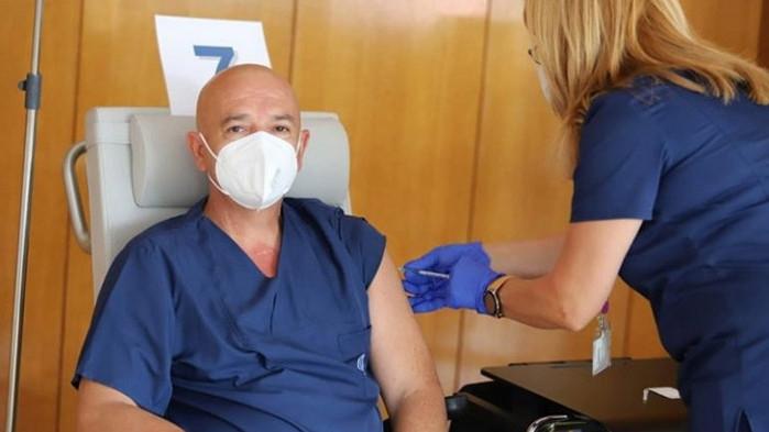 Проф.Мутафчийски и негови колеги от ВМА си поставиха трета доза ваксина
