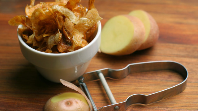 Бърз чипс от картофени обелки