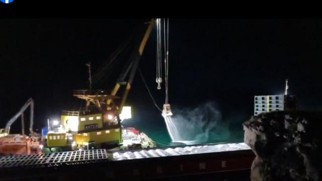 Разтоварването на VERA SU: Изхвърлят азотната тор в морето (ВИДЕО)