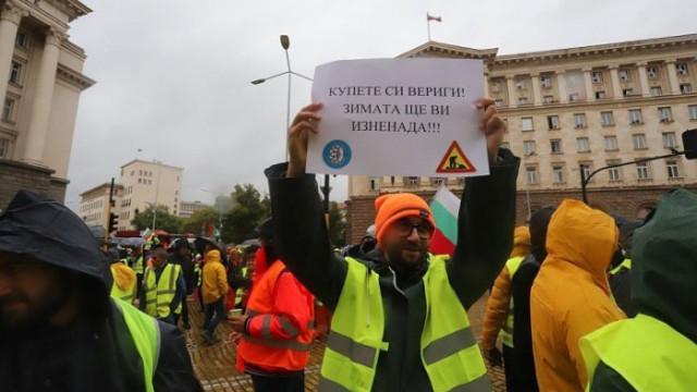 """""""Умните и красивите"""" месеци наред чупиха жълтите павета, но пътните строители нямат право на протест"""