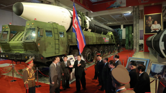 Стоящ до ядрени ракети, вождът на Северна Корея обвини САЩ и Сеул, че застрашават мира