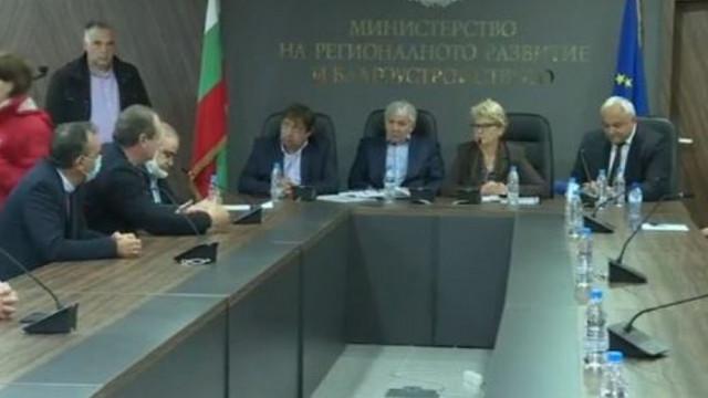 Кутев отиде да спасява Комитова на срещата със строителите