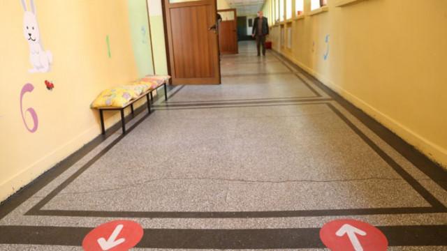 Училищни ръководства към столичната РЗИ: Не сме епидемиолози