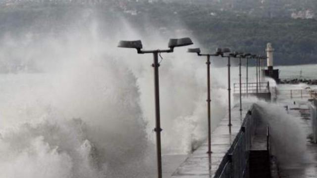 Ветровито и дъждовно по Черноморието в последния работен ден от седмицата