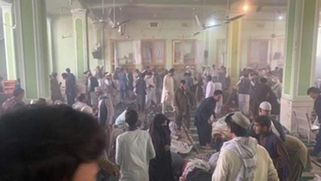 Най-малко 33 души са загинали при самоубийствения атентат в джамия в Кандахар