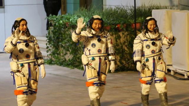 Китай изстреля космически кораб с екипаж за 6-месечна мисия