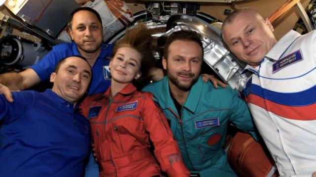 Руските режисьор и актьор се завърнаха от МКС с филм