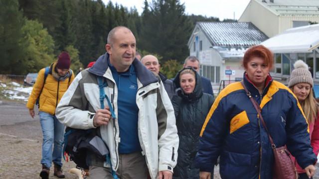 Радев и Йотова дадоха старт на кампанията си в спортни екипи и с поход на Витоша