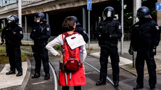 Германски полицаи арестуваха 76 души при разбиване на незаконен лагер
