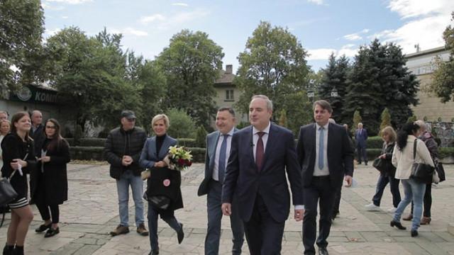 Проф. Герджиков с цветя пред паметника на Апостола: Да си кажем кривиците и да се обединим