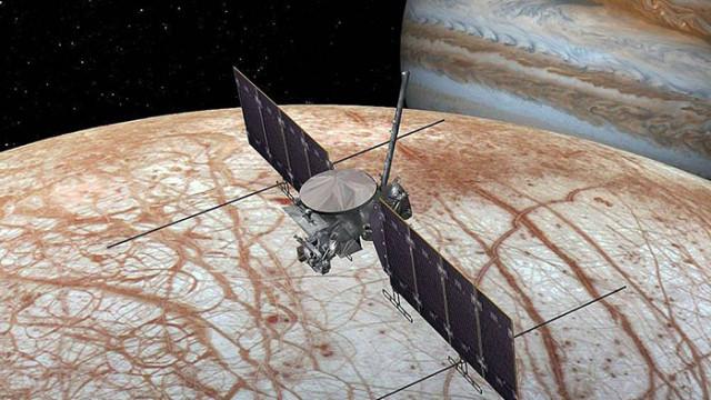 """""""Хъбъл"""" откри доказателства за трайна водна пара в едното полукълбо на спътника Европа"""