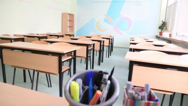 """МОН: """"Зелен сертификат"""" за учителите най-рано след месец"""