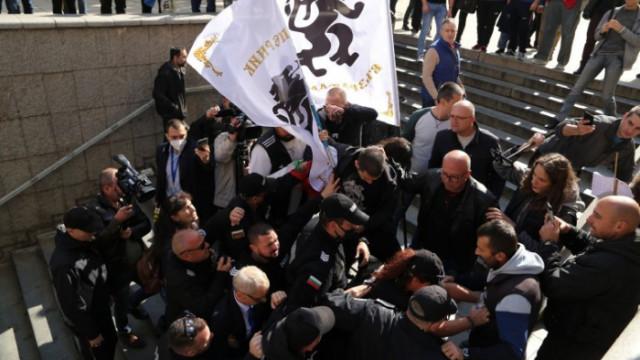 Втори бит министър от служебния кабинет на Радев, нападнаха Николай Денков