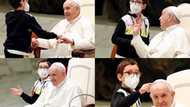 Момче опита да вземе шапката на папа Франциск
