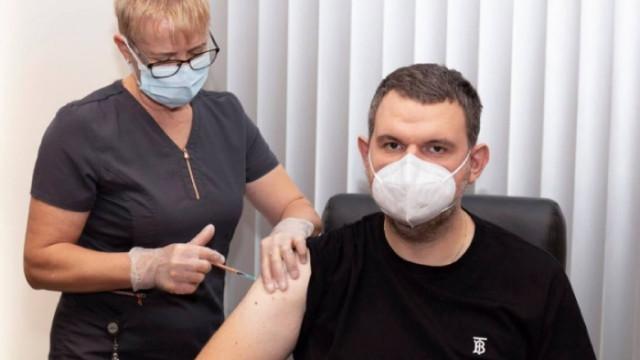 Пеевски и Йордан Цонев си поставиха трета доза ваксина срещу COVID-19
