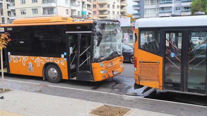 Два автобуса на градския транспорт катастрофираха в София. Инцидентът е