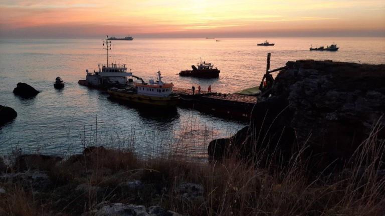 Операцията по разтоварванетона заседналия край Камен брягкораб Vera Su продължава
