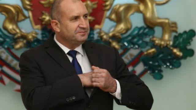 Етюди за наивници са опитите на президента да бъдем убедени, че не е знаел за лъжата на Петков
