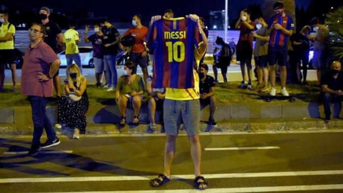 В Барселона: Фенове обсадиха Камп Ноу, искат оставката на Бартомеу