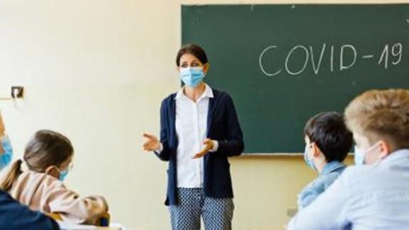 На училище по време на пандемия. Как се справят образователните институции в Европа?