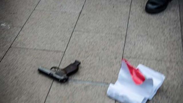 Протестиращите измъкнаха пистолет от полицията