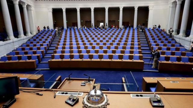 Депутатите гласуват оставките на правосъдния министър и на шефката на ЦИК