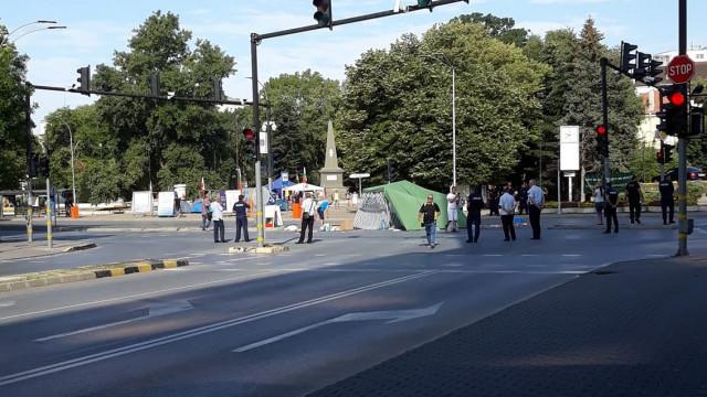 Полицията във Варна освобождава кръстовището пред общината
