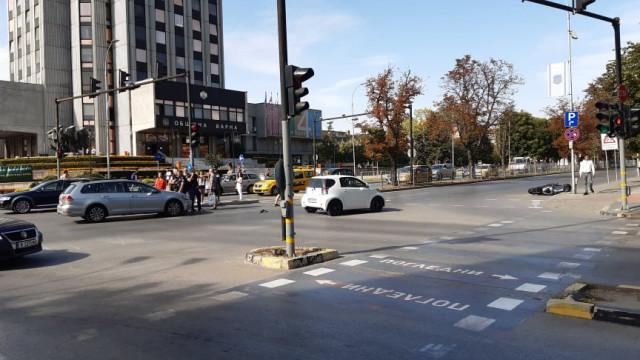 Катастрофа с моторист на кръстовището пред общината във Варна