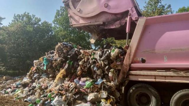 Тонове пластмасови отпадъци били изоставени в двора на варненска фирма