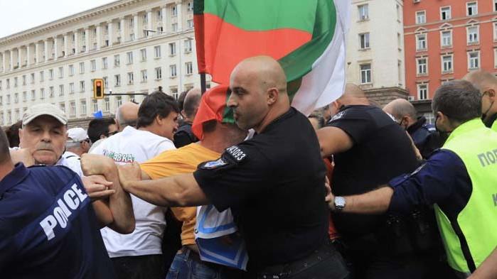 Протестър уринира по кола на жандармерията (СНИМКА)