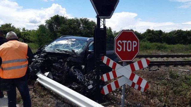 Влак удари кола между Плевен и Левски и излезе от релсите